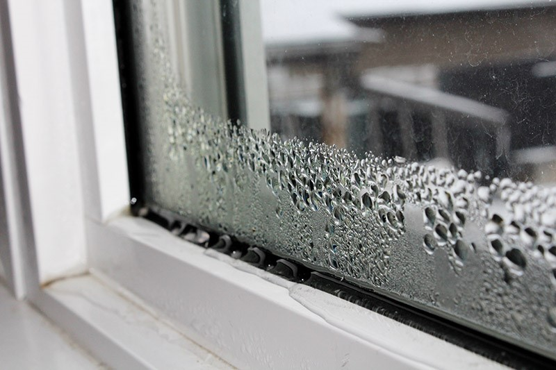 Condensation gathers on window-Safelocklocksmiths.co.uk